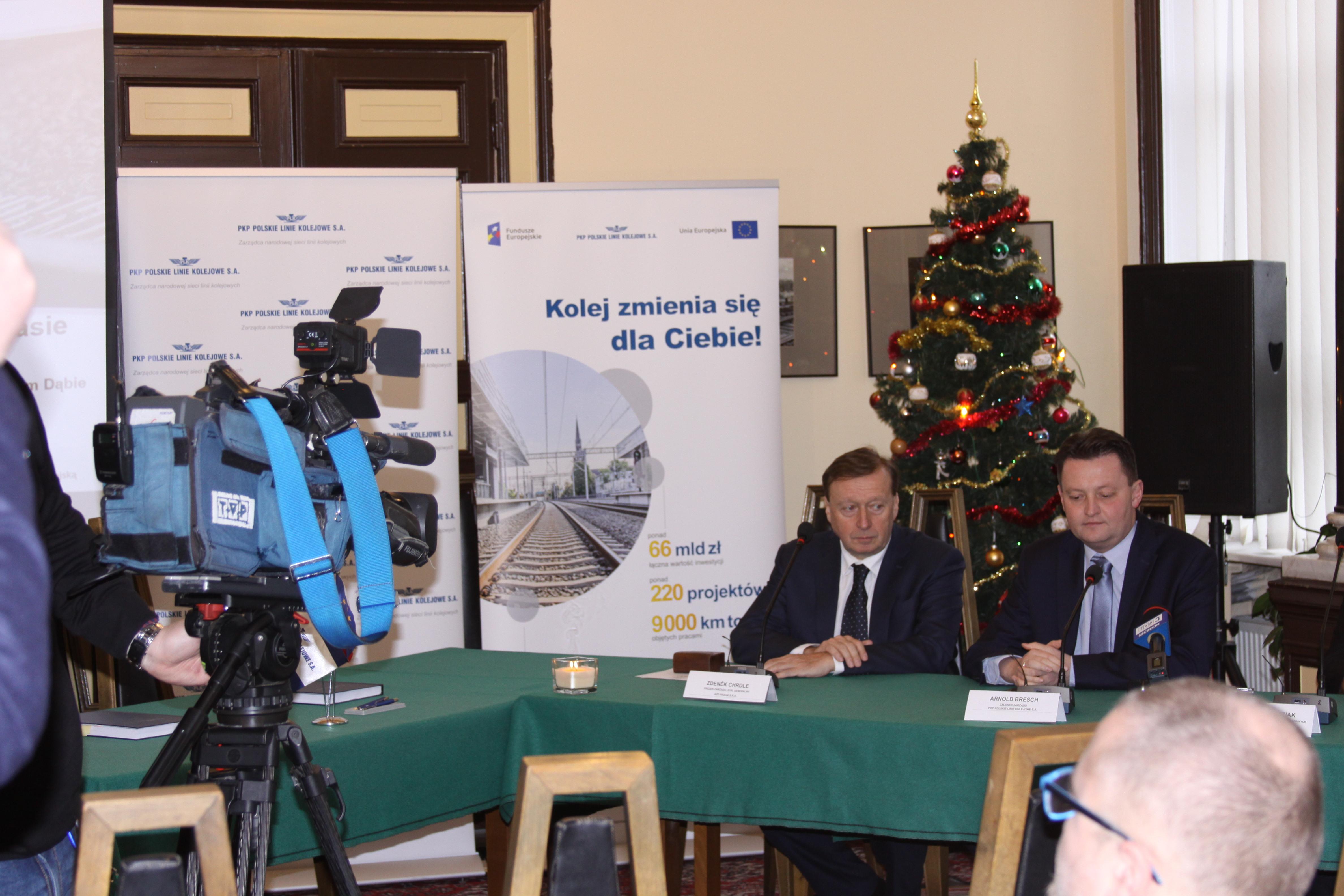 Zdjęcie z konferencji prasowej, na której podpisano umowę na wykonanie zabudowy urządzeń sterowania ruchem kolejowym na odcinku między Słonicami a Szczecinem Dąbie w grudniu 2018 roku.