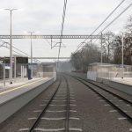 Wizualizacja przedstawia dwa zdjęcie, które przesuwa się przy pomocy suwaka. Jedno zdjęcie pokazuje stację Kiekrz przed modernizacją, a drugie zdjęcie to wizualizacja jak docelowo stacja będzie wyglądała po modernizacji.