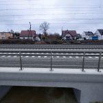 Wizualizacja przedstawia dwa zdjęcia, które przesuwa się przy pomocy suwaka. Jedno zdjęcie pokazuje most znajdujący się w okolicy stacji Wronki przed modernizacją, a drugie zdjęcie to wizualizacja jak docelowo most będzie wyglądał po modernizacji.
