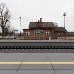 Wizualizacja przedstawia dwa zdjęcie, które przesuwa się przy pomocy suwaka. Jedno zdjęcie pokazuje przystanek kolejowy Poznań Wola, a drugie zdjęcie to wizualizacja jak docelowo przystanek będzie wyglądał po modernizacji.