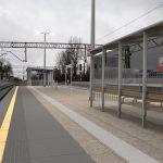 Wizualizacja przedstawia dwa zdjęcie, które przesuwa się przy pomocy suwaka. Jedno zdjęcie pokazuje stację Rokietnica przed modernizacją, a drugie zdjęcie to wizualizacja jak docelowo stacja będzie wyglądała po modernizacji.