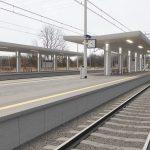 Wizualizacja przedstawia dwa zdjęcia, które przesuwa się przy pomocy suwaka. Jedno zdjęcie pokazuje stację Słonice przed modernizacją, a drugie zdjęcie to wizualizacja jak docelowo stacja będzie wyglądała po modernizacji.