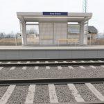 Wizualizacja przedstawia dwa zdjęcia, które przesuwa się przy pomocy suwaka. Jedno zdjęcie pokazuje przystanek Stary Klukom przed modernizacją, a drugie zdjęcie to wizualizacja jak docelowo przystanek będzie wyglądała po modernizacji.
