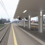 Wizualizacja przedstawia dwa zdjęcia, które przesuwa się przy pomocy suwaka. Jedno zdjęcie pokazuje stację Reptowo przed modernizacją, a drugie zdjęcie to wizualizacja jak docelowo stacja będzie wyglądała po modernizacji.