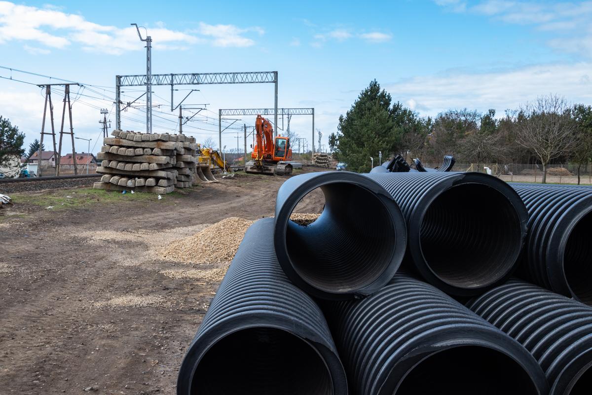 Galeria zdjęć pokazuje prace budowlane na przystanku kolejowym w Krzyszkowie oraz stacjach: Pamiątkowo oraz Szamotuły, które miały miejsce w marcu 2019 roku.
