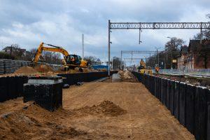 Galeria zdjęć przedstawia prace budowlane na stacji oraz w pobliżu stacji we Wronkach, które miały miejsce w marcu 2019 roku.