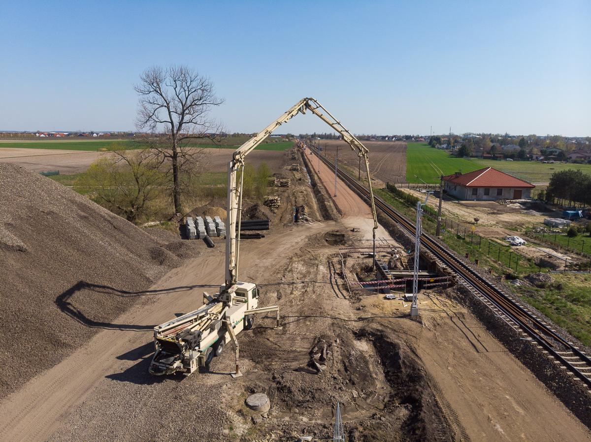 Galeria zdjęć pokazuje prace budowlane na przystankach kolejowych w Kryszkowie oraz Baborówku.