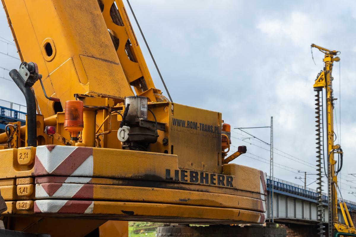 Galeria zdjęć przedstawia prace budowlane na stacji Wronki oraz wokół mostu nad Wartą we Wronkach, które miały miejsce w październiku 2019 roku.