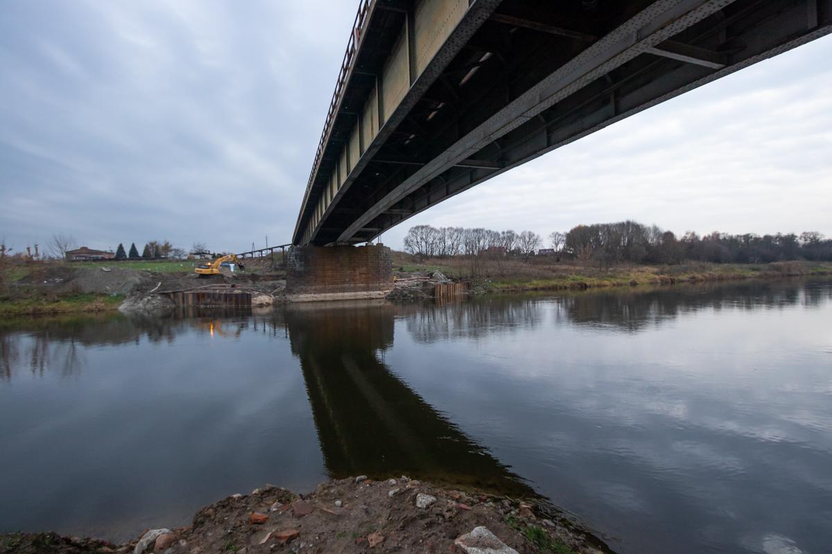 Galeria zdjęć przedstawia przygotowania do rozpoczęcia prac na moście nad Wartą we Wronkach.