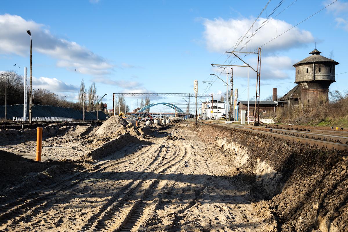 Galeria kilku zdjęć przedstawia prace modernizacyjne na stacji Choszczno oraz przystanku Stary Klukom, które miały miejsce w lutym 2020 roku.