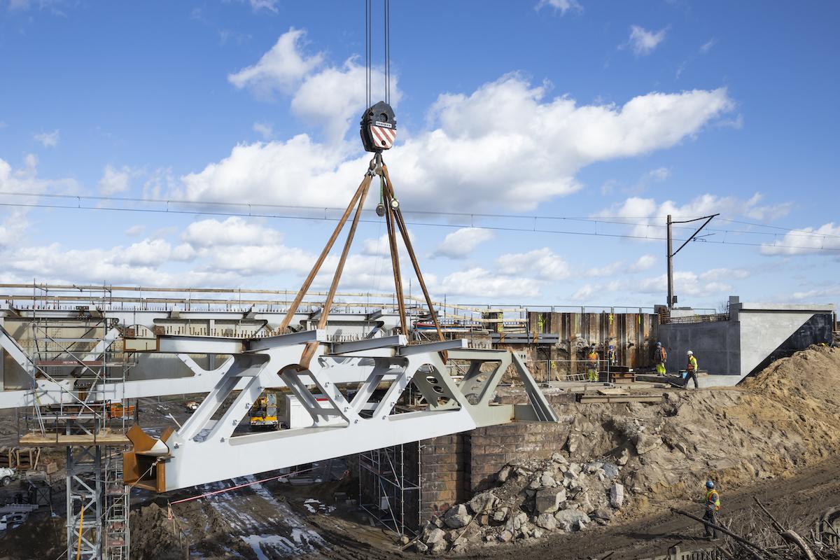 Galeria zdjęć przedstawia prace przy peronie nr 2 na stacji we Wronkach oraz na moście nad Wartą w marcu 2020 roku.