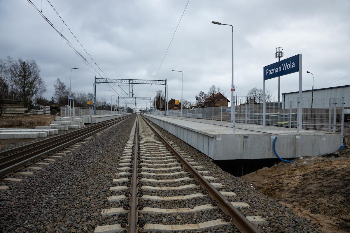Galeria zdjęć przedstawia prace modernizacyjne przy torach oraz peronach na szlaku Poznań Wola - Rokietnica, które miały miejsce w lutym 2020 roku.