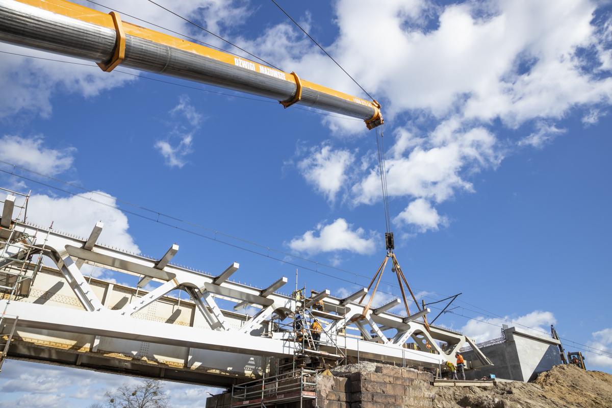 Zdjęcie przedstawia montowanie nowej konstrukcji mostu nad Wartą we Wronkach w marcu 2020 roku.