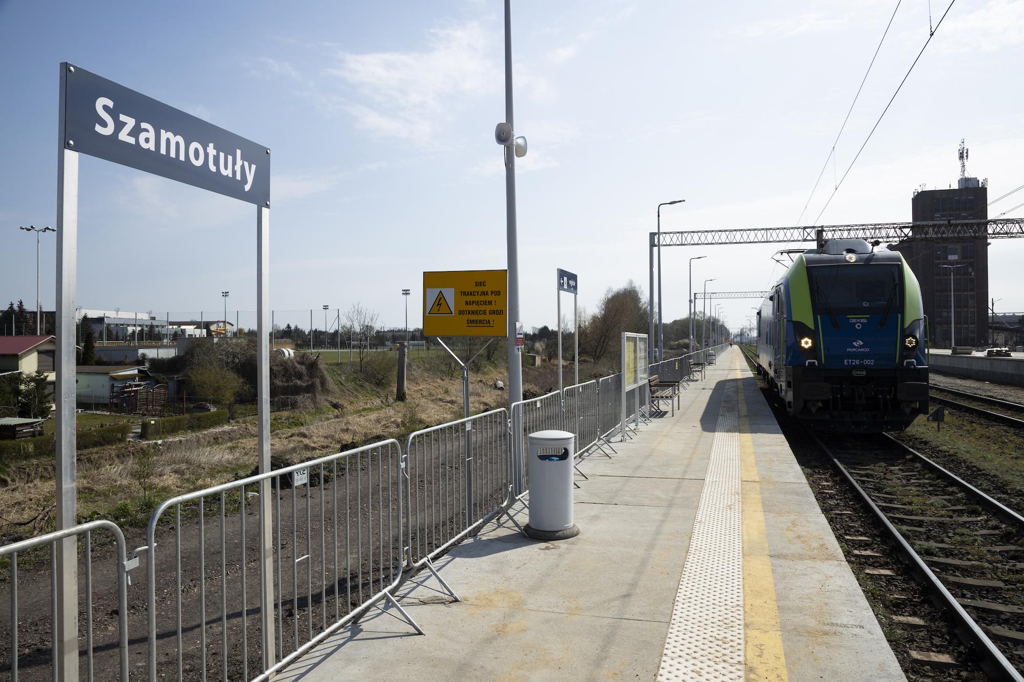 Zdjęcie przedstawia gotowy peron, z którego odjeżdża pociąg na stacji Szamotuły.