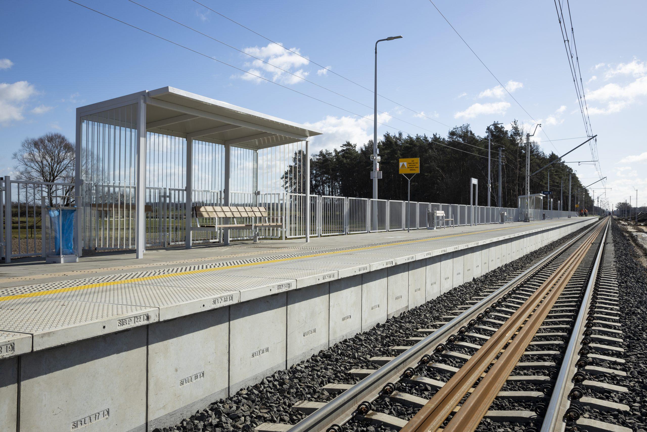 Zdjęcie przedstawia gotowy peron wraz z częścią torów na przystanku Baborówko.