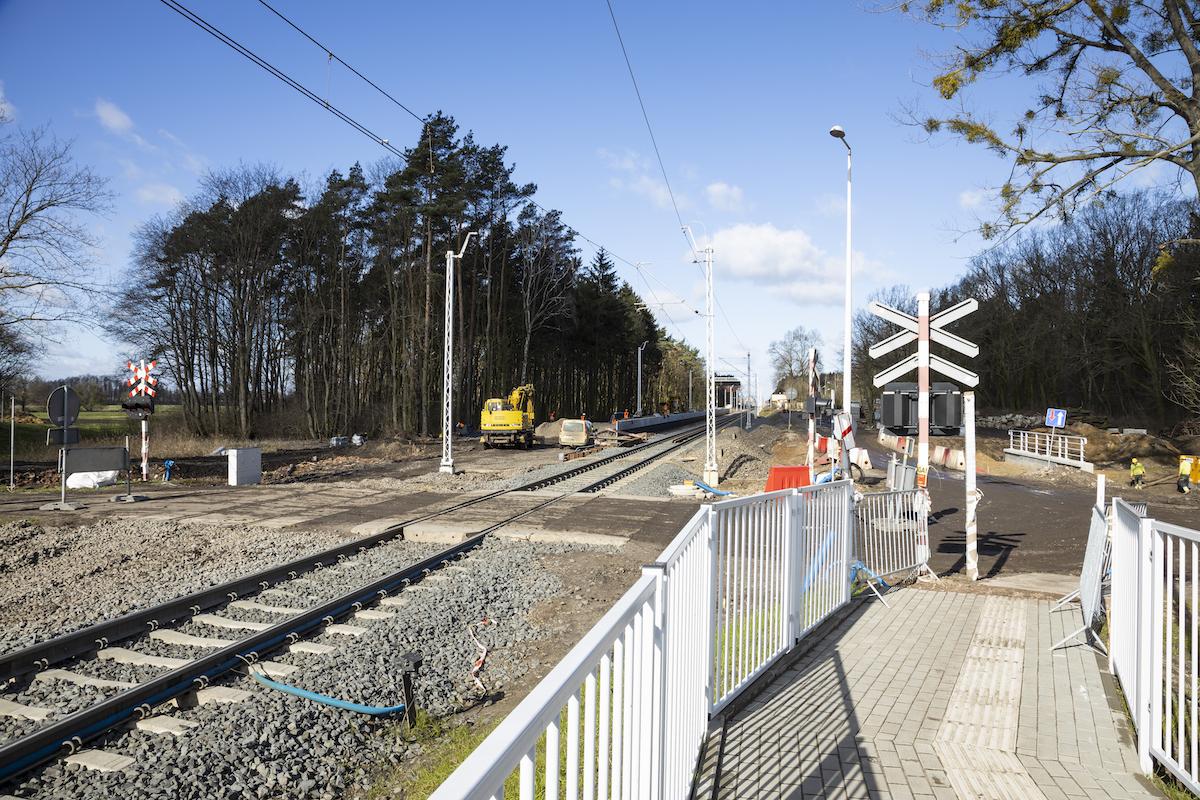 Zdjęcie przedstawia przejazd kolejowo-drogowy koło przystanku kolejowego Baborówko.