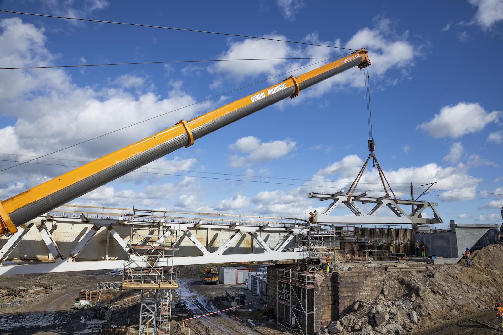 Zdjęcie przedstawia prace przy moście nad rzeką Wartą we Wronkach, które miały miejsce w marcu 2020 roku.