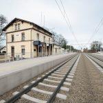 Wizualizacja przedstawia dwa zdjęcia, które przesuwa się przy pomocy suwaka. Jedno zdjęcie pokazuje stację Miały przed modernizacją, a drugie zdjęcie to wizualizacja jak docelowo stacja będzie wyglądała po modernizacji.