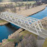 Wizualizacja przedstawia dwa zdjęcia, które przesuwa się przy pomocy suwaka. Jedno zdjęcie pokazuje most na Noteci przed modernizacją, a drugie zdjęcie to wizualizacja jak docelowo most będzie wyglądał po modernizacji.