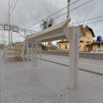 Wizualizacja przedstawia dwa zdjęcia, które przesuwa się przy pomocy suwaka. Jedno zdjęcie pokazuje stację Podlesiec przed modernizacją, a drugie zdjęcie to wizualizacja jak docelowo stacja będzie wyglądała po modernizacji.