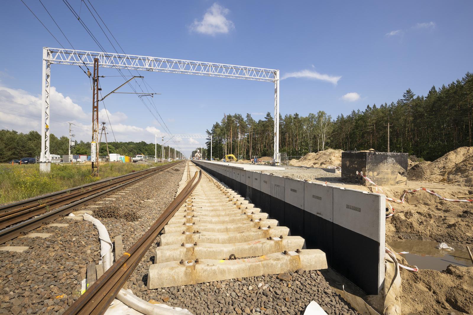 Sesja przedstawia zdjęcia z modernizacji torów oraz przejścia podziemnego na przystanku Szczecin Zdunowo w czerwcu 2020 roku.