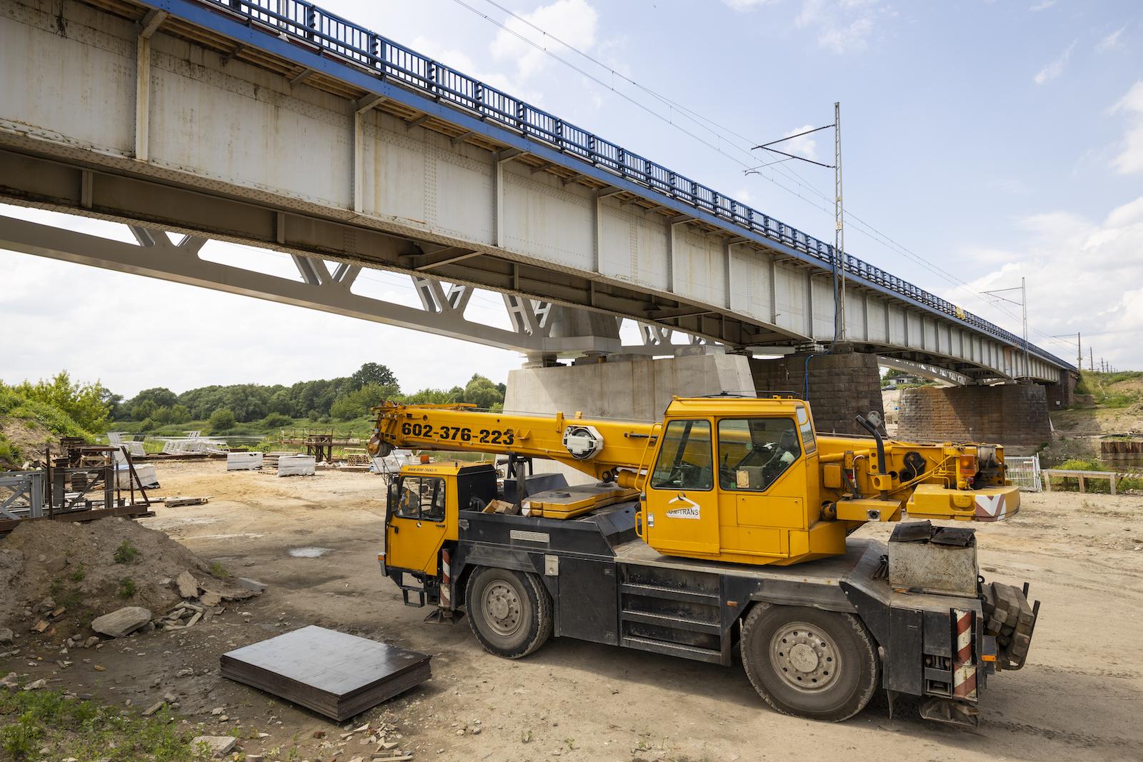 Sesja przedstawia gotowy peron na przystanku Baborówko oraz most we Wronkach w trakcie czerwcowych prac w 2020 roku.