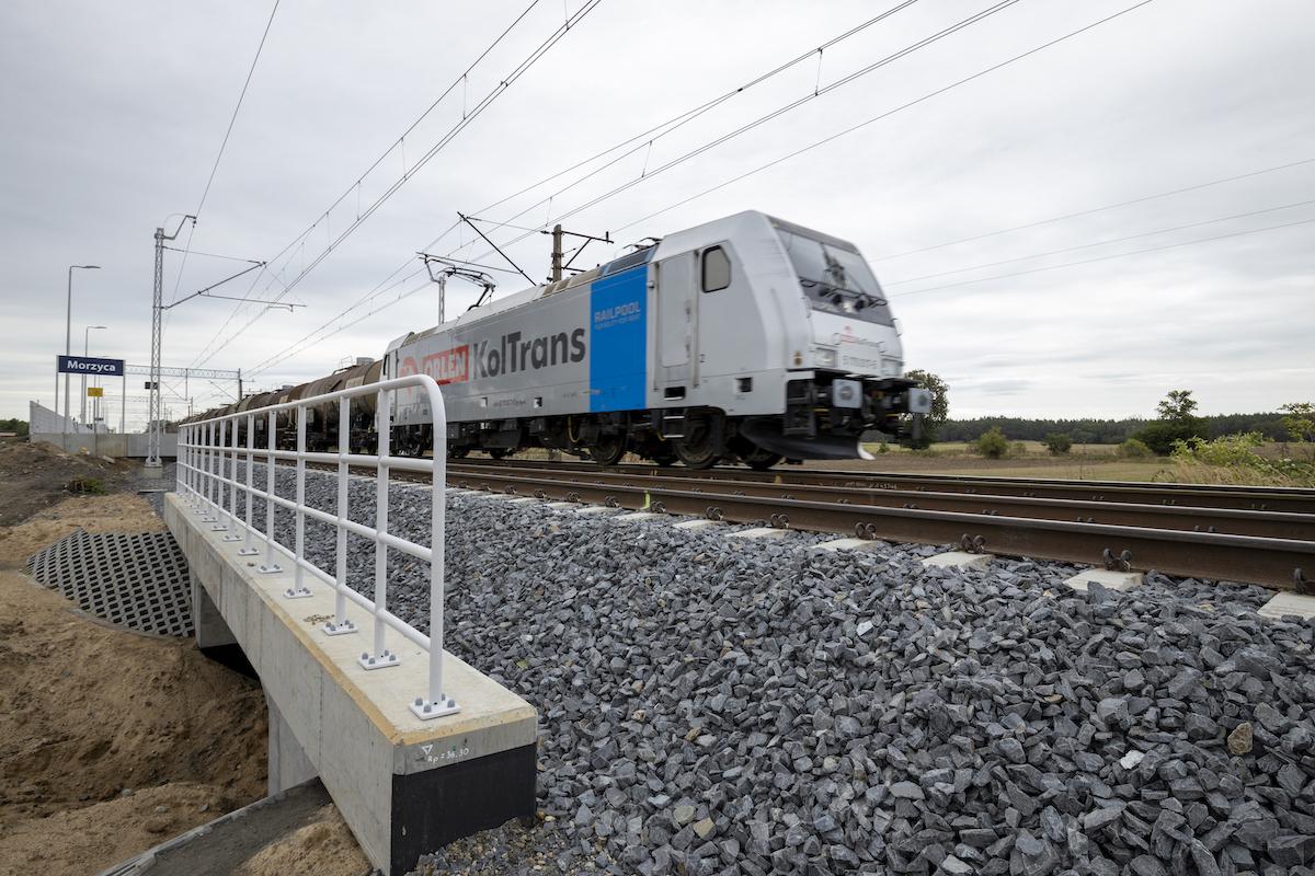Sesja zdjęciowa przedstawia gotową infrastrukturę na stacji Kolin oraz przystanku Morzyca w sierpniu 2020 roku.