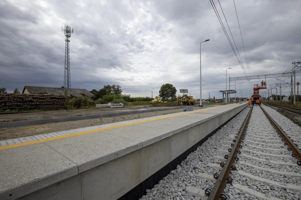 Sesja przedstawia zdjęcia z aktualnego stanu prac na stacji Choszczno oraz przystanku Stary Klukom w sierpniu 2020 roku.