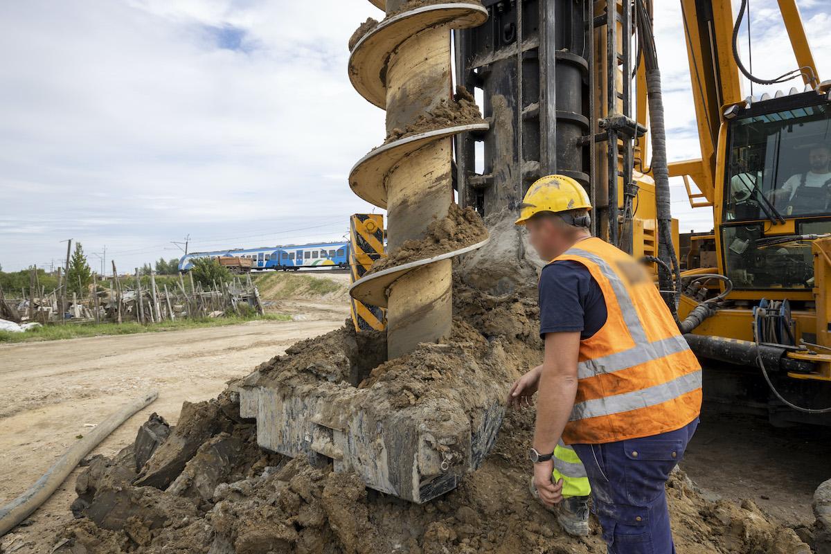 Sesja zdjęciowa przedstawia aktualne prace przy budowie torów na stacjach: Dobiegniew, Drawski Młyn, Podlesiec oraz na przystanku Mierzęcin w sierpniu 2020 roku.