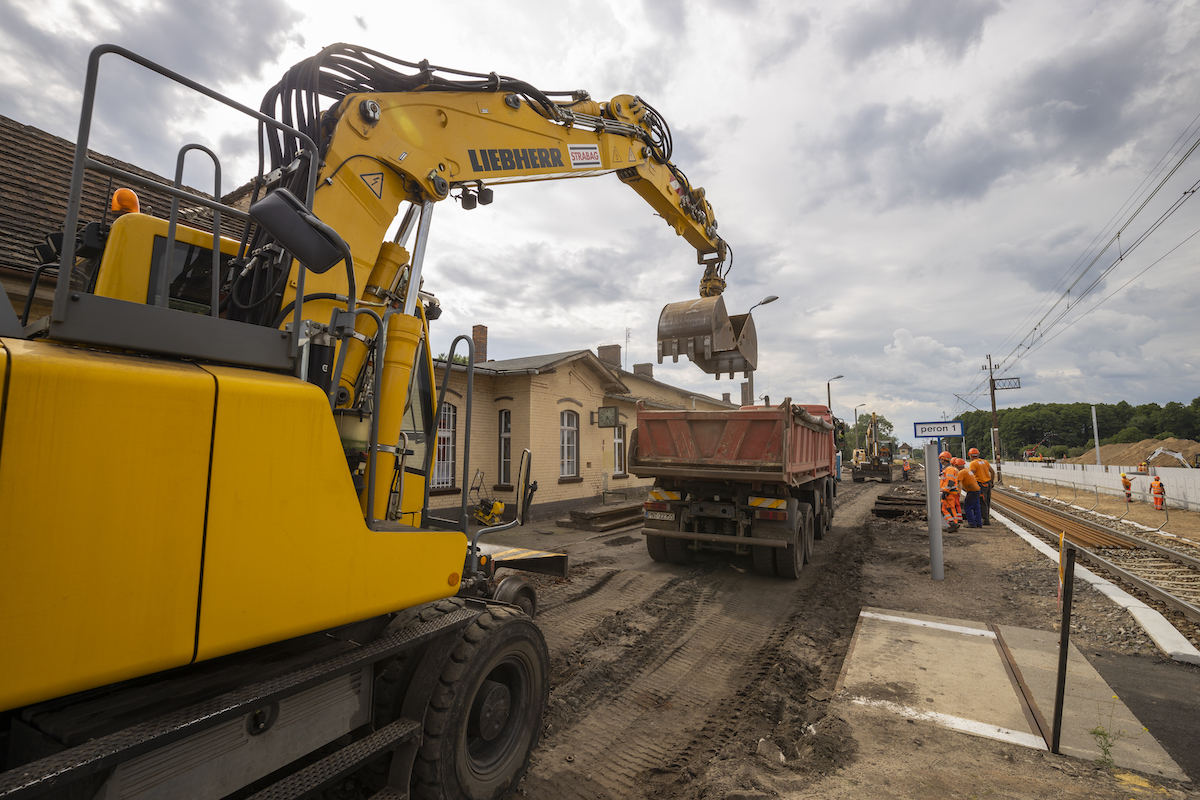 Galeria zdjęć przedstawia proces początkowej fazy modernizacji stacji i przystanków na szlaku Wronki-Słonice, który miał miejsce w czerwcu 2020 roku.