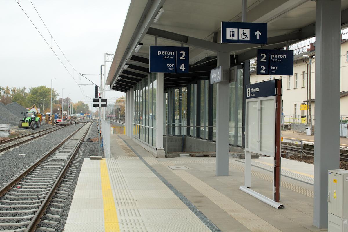 Zdjęcie przedstawia peron na stacji kolejowej w Szamotułach.