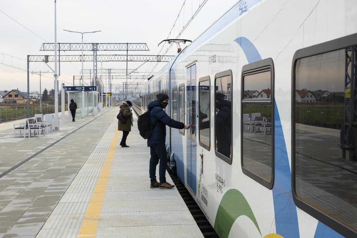 Sesja zdjęciowa przedstawia gotowe perony na odcinku Poznań-Rokietnica