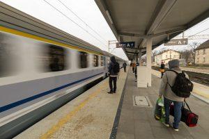 Sesja zdjęciowa przedstawia gotowe perony na stacjach i przystankach na odcinku Rokietnica-Wronki