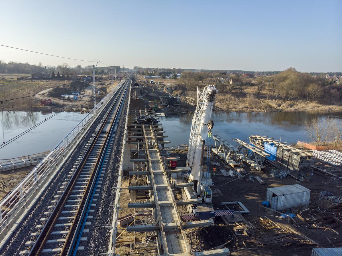 Sesja zdjęciowa przedstawia prace na stacji oraz obiektach inżynieryjnych, takich jak most i wiadukty kolejowo-drogowe we Wronkach.