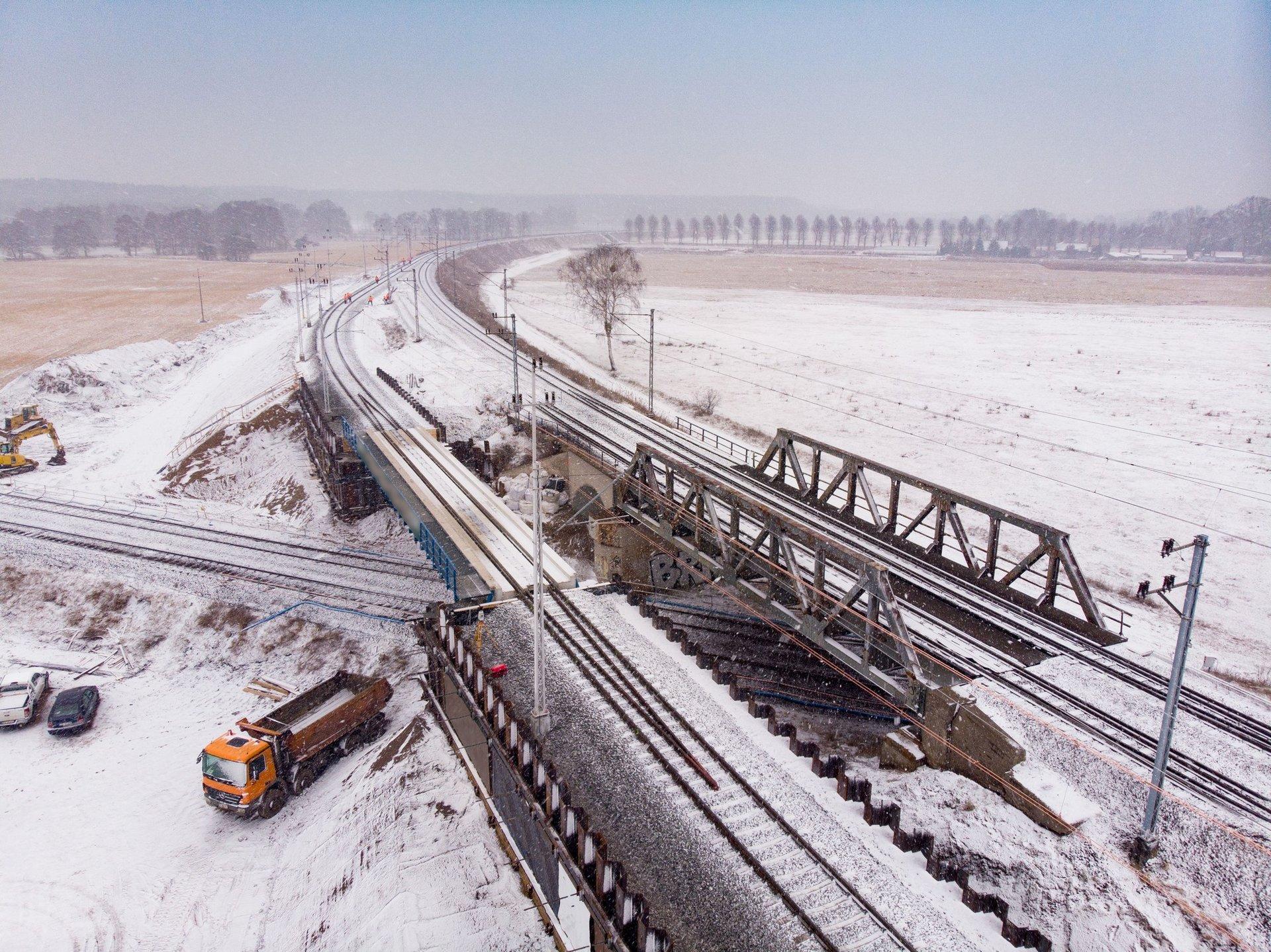 Zdjęcie przedstawia widok z góry na tory kolejowe oraz tymczasowy objazd w Krzyżu Wielkopolskim w trasie linii kolejowej z Poznania do Szczecina.