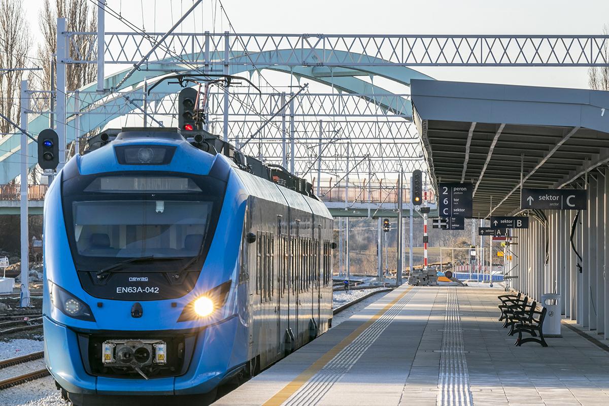 Galeria przedstawia zdjęcia gotowego peronu na stacji Choszczno oraz prac przy przejściu podziemnym, które miały miejsce w marcu 2021 roku.