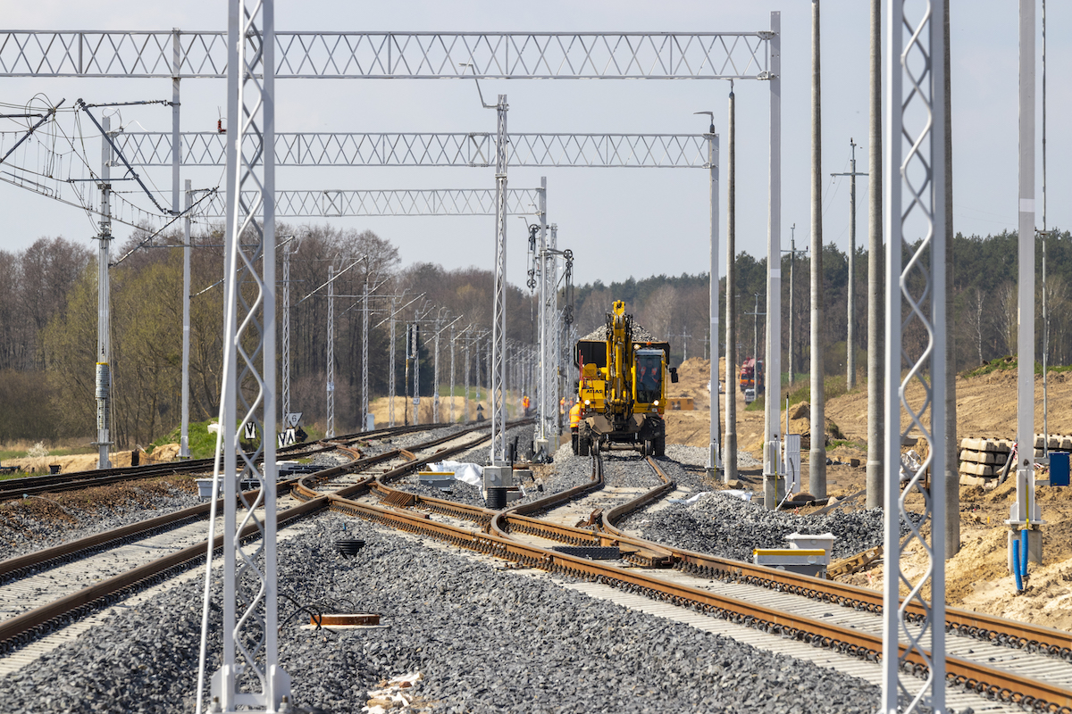 Zdjęcia przedstawiają prace maszyn na szlaku Ziemomyśl – Kolin w kwietniu 2021 roku.