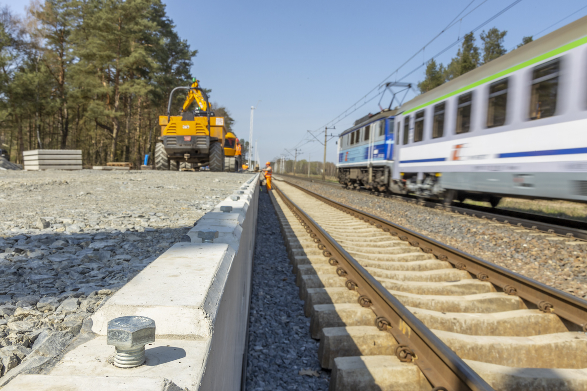 Zdjęcia przedstawiają gotowy peron na przystanku Szczecin Zdunowo oraz prace na stacjach w Stargardzie, Reptowie oraz na przystanku w Miedwiecku w kwietniu 2021 roku.