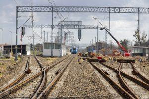 Zdjęcia przedstawiają stację Rokietnica – prace maszyn przy peronie, które miały miejsce w kwietniu 2021 roku.