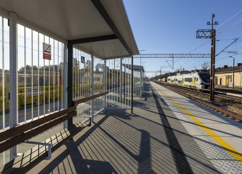 Zdjęcia przedstawiają nowy peron nastacji kolejowej Drawski Młyn. Peron wyposażony jest wgotową infrastrukturę kolejową.