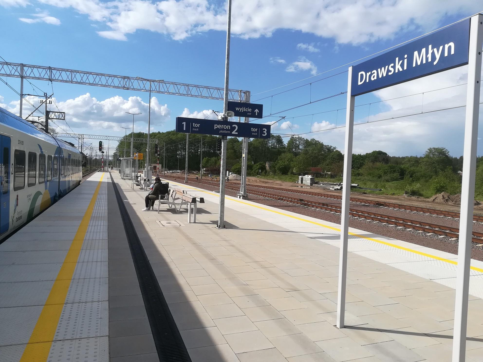 Zdjęcia przedstawiają nowy peron na stacji kolejowej Drawski Młyn. Peron wyposażony jest w gotową infrastrukturę kolejową.