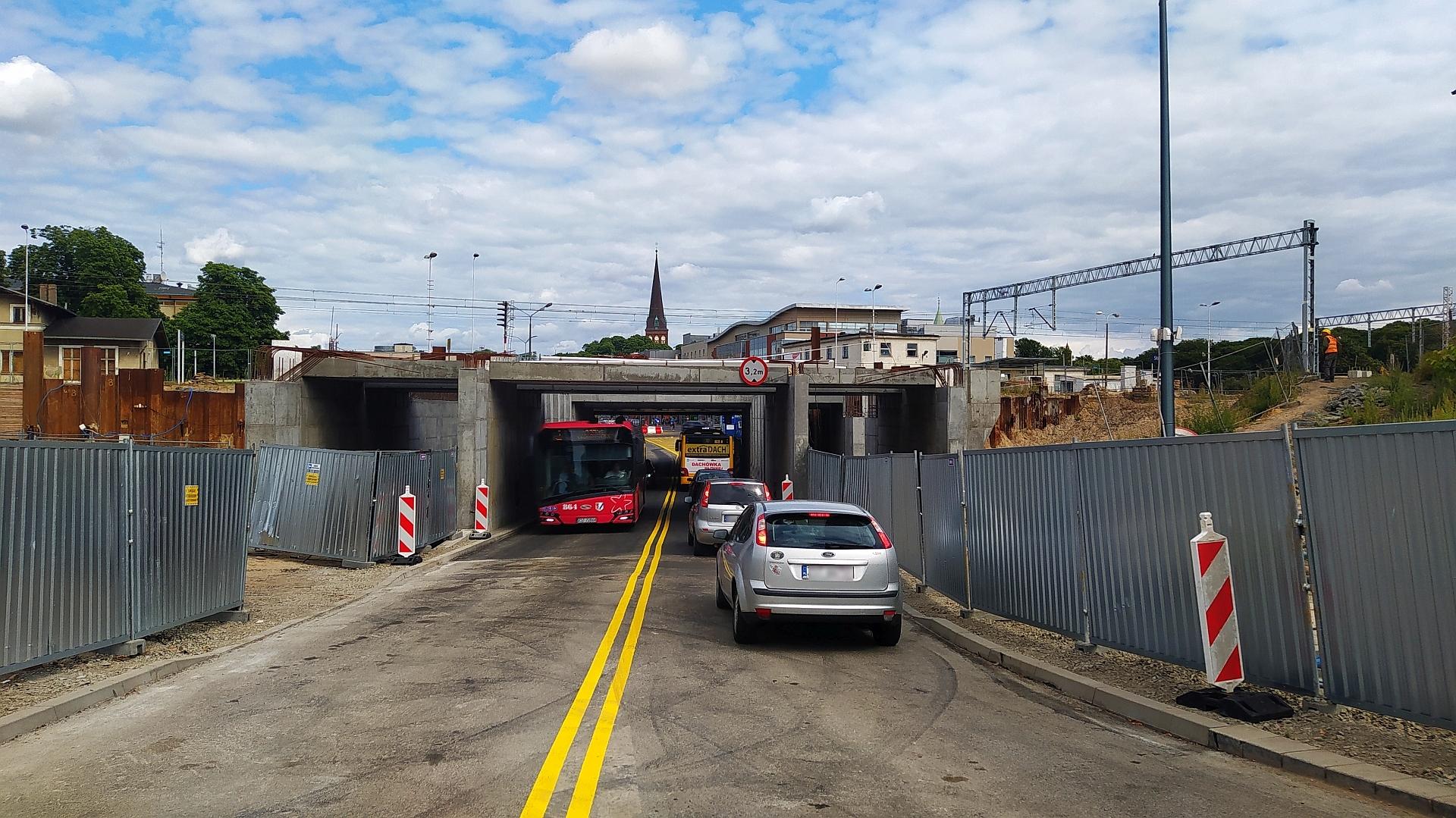 Zdjęcie przedstawia otwarty wiadukt na ul. Składowej w Stargardzie. Pod obiektem przejeżdżają samochody.
