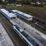 Galeria zdjęć przedstawia gotowe stacje oraz obiekty na odcinku Poznań-Rokietnica. Na zdjęciach widać pasażerów oraz pociągi dojeżdżające na perony.