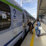 Galeria zdjęć przedstawia końcowe prace na stacji Szamotuły oraz przystankach Baborówko i Pamiątkowo we wrześniu 2021 roku. Na zdjęciu głównym pasażerowie wchodzą do pociągu.